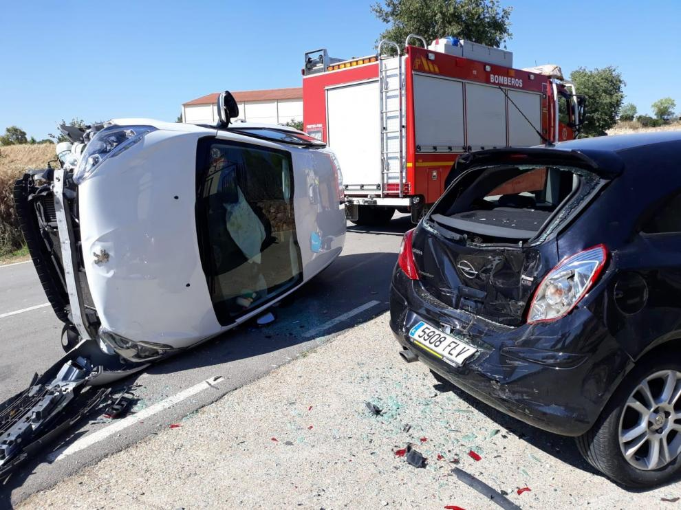 Herido un conductor al quedarse dormido y empotrarse contra un coche estacionado en Ponzano
