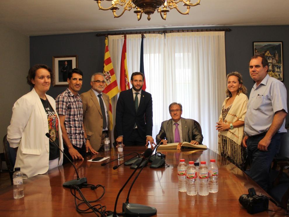 Ángel Dolado, el justicia de Aragón, ha visitado el Ayuntamiento de Monzón