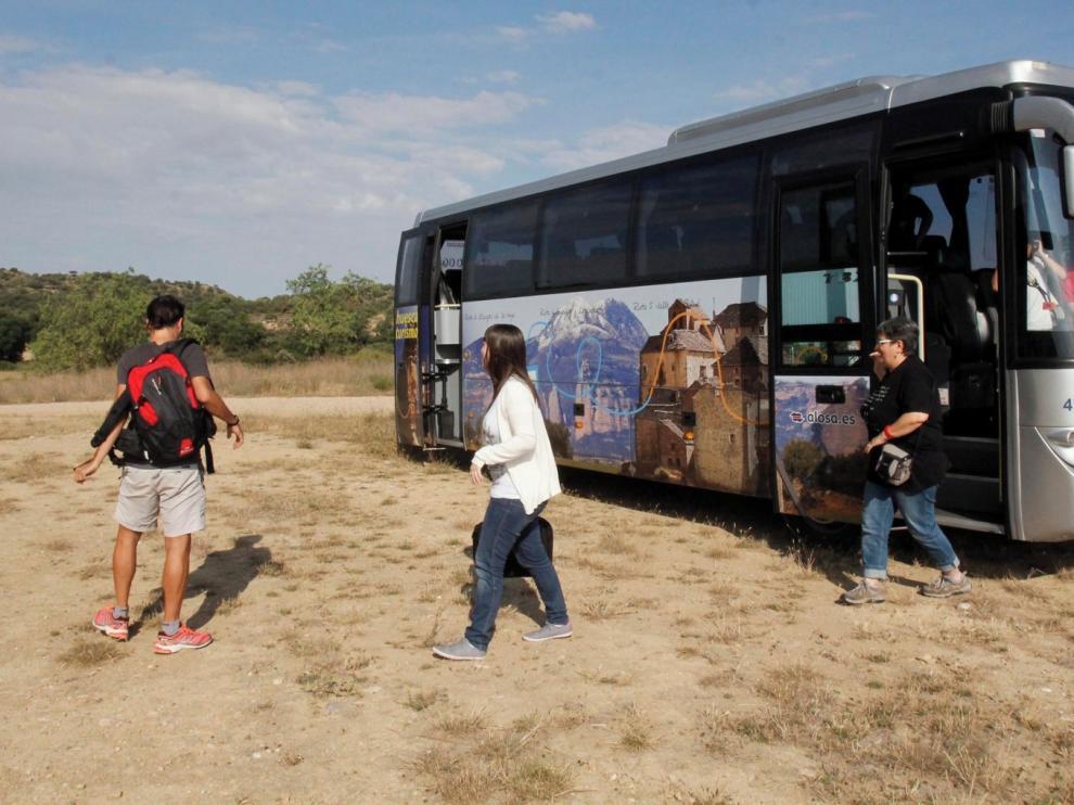 El bus turístico comienza sus recorridos diarios por la comarca de la Hoya de Huesca