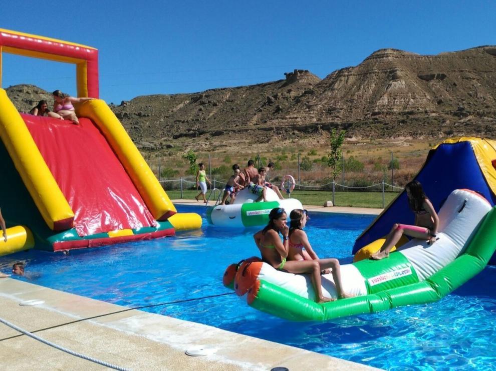 """La """"colgada de banderetas"""" da comienzo a los días festivos en Quicena"""