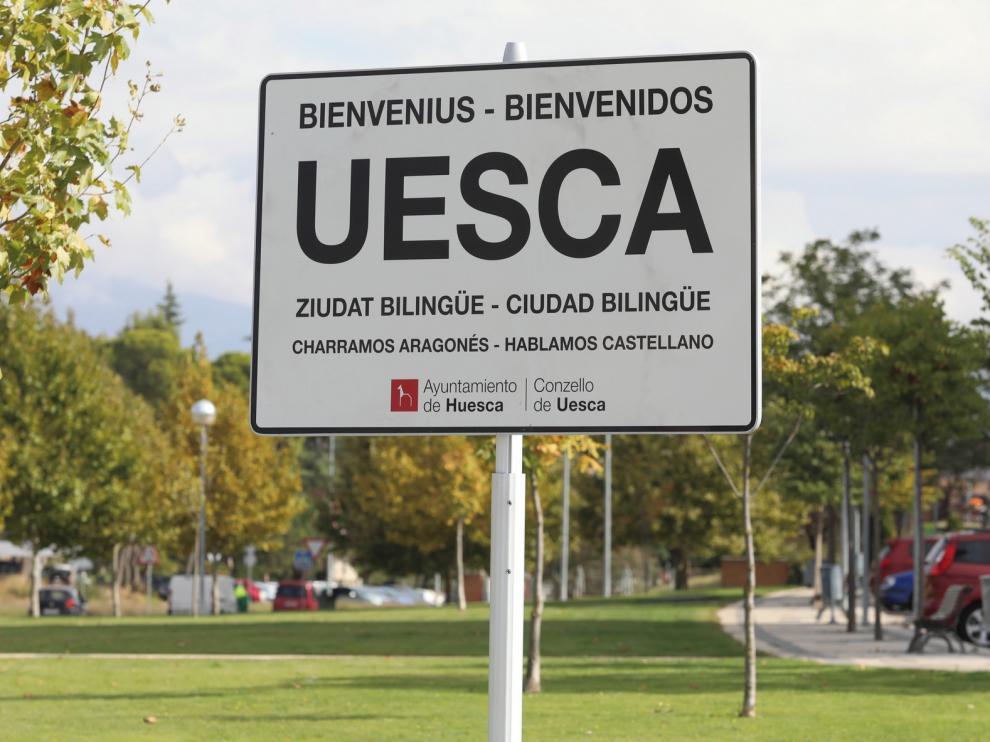 La plataforma Charramos Aragonés pide al Ayuntamiento de Huesca que recoloque los carteles bilingües