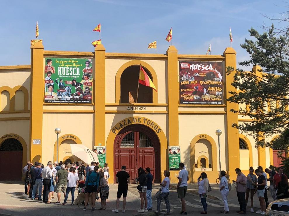 Colas en el primer día de venta de entradas sueltas para la feria taurina de Huesca