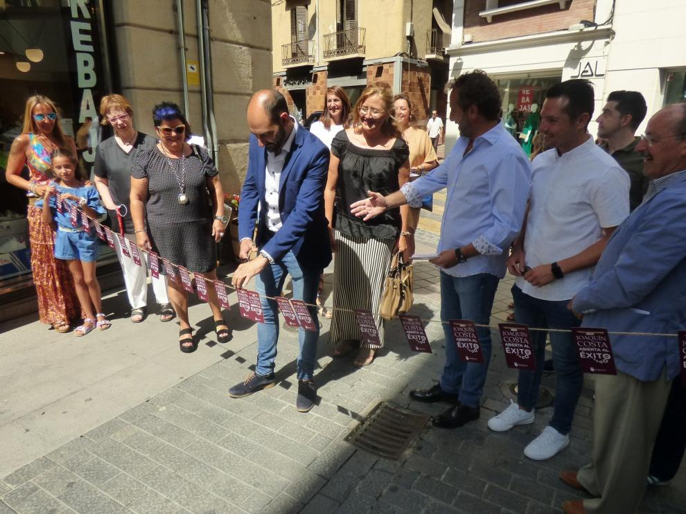 Comerciantes del sector Joaquín Costa de Barbastro inauguran el Paseo del vino