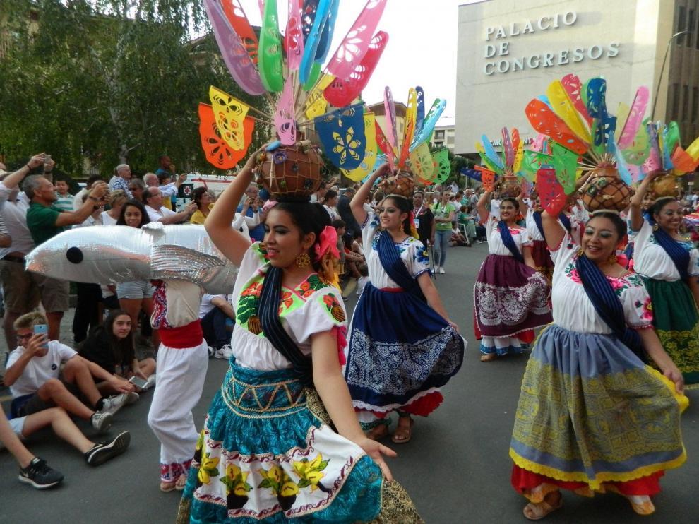El desfile inaugural reúne a miles de personas en Jaca