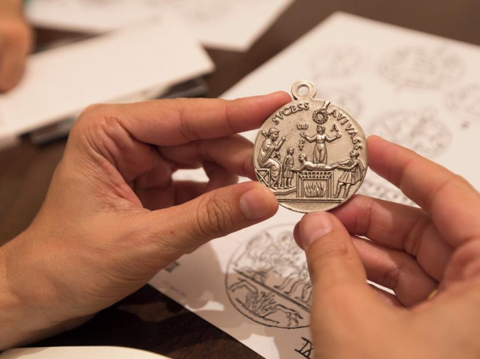 La Cofradía de San Lorenzo de Huesca recupera una medalla laurentina del Cristianismo inicial