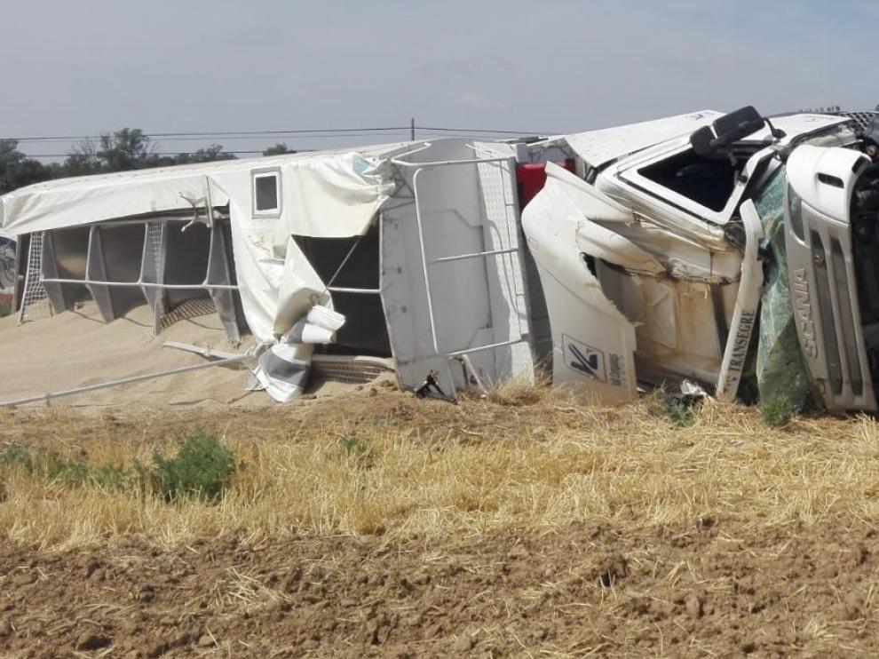 El vuelco de un camión obliga a desviar el tráfio de la A-131 en las cercanías del aeropuerto de Huesca