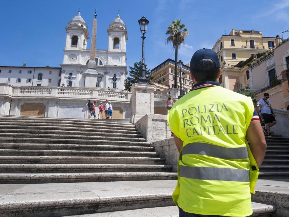 Roma prohibe sentarse en la plaza de España