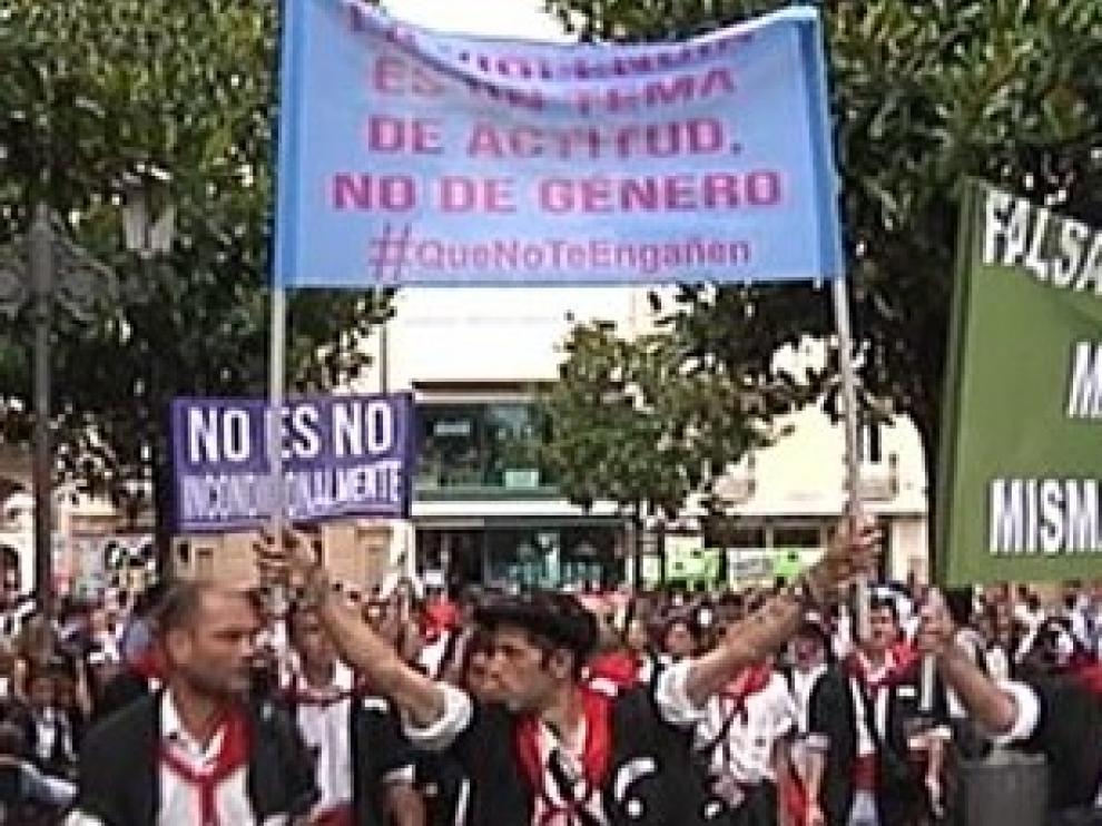 Impiden desfilar a una cuadrilla por pancartas machistas en las fiestas de Vitoria