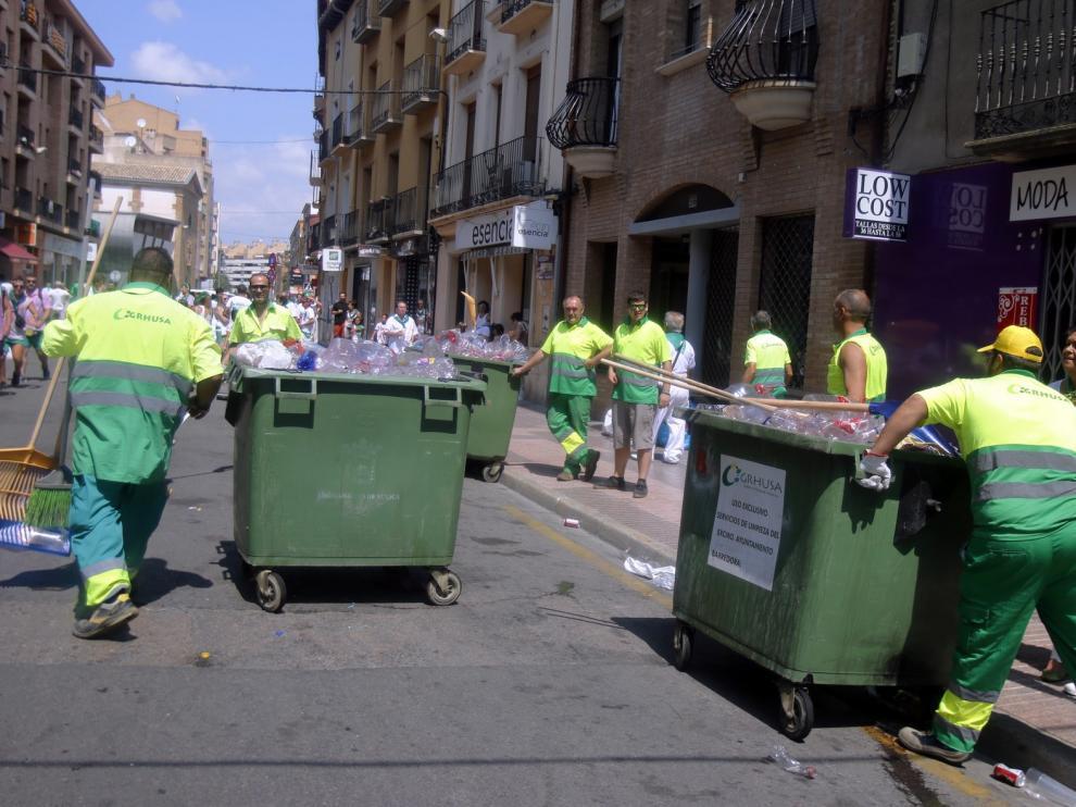 Más de 150 efectivos limpian calles y parques durante las fiestas