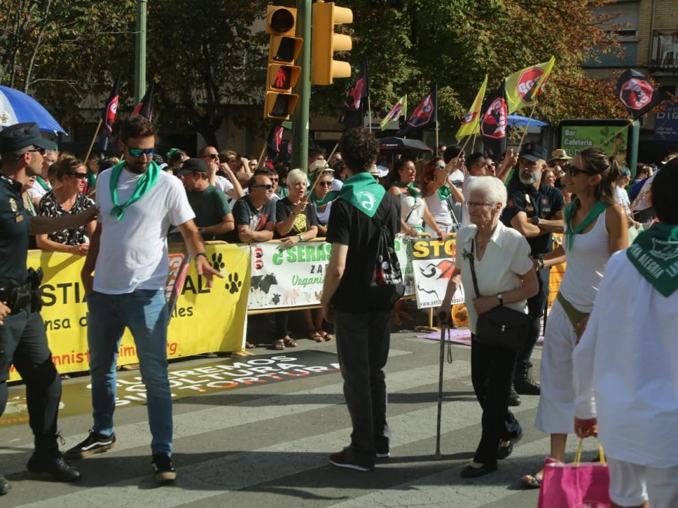Los antitaurinos recorren la ciudad tras su concentración en la plaza Santo Domingo