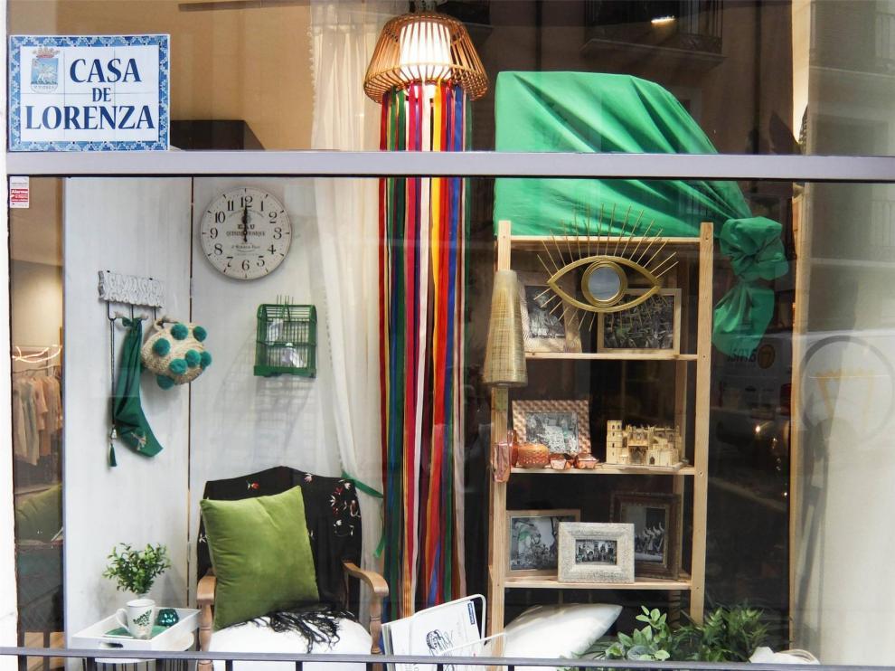 Lesley, en la plaza Lizana de Huesca, recibe el premio al mejor escaparate laurentino