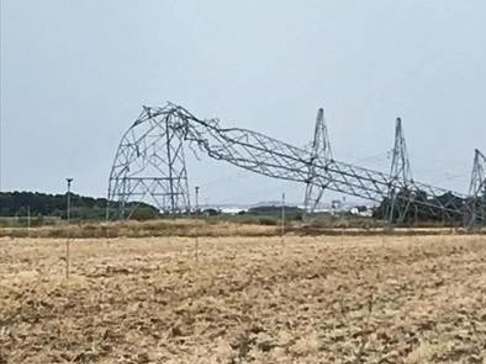 Una tormenta derriba nueve torres de alta tensión en Tauste