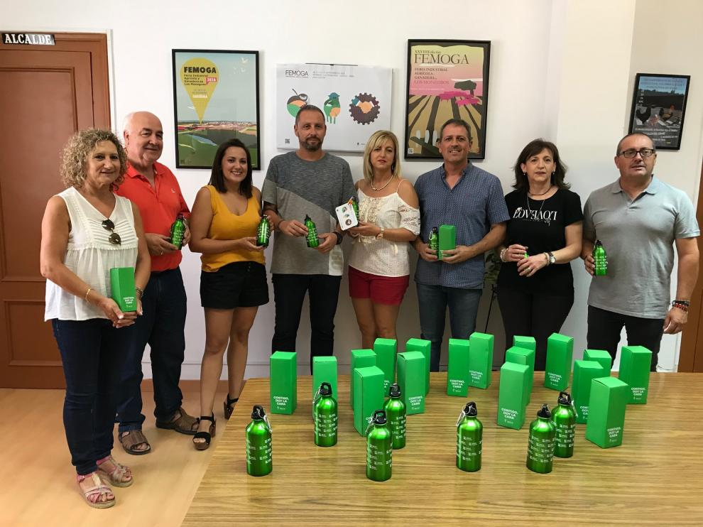 Sariñena y Femoga apoyan a la AECC con botellas reutilizables
