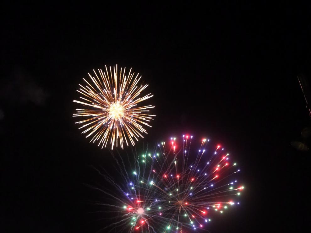 Los fuegos artificiales elevan la fiesta hasta el cielo