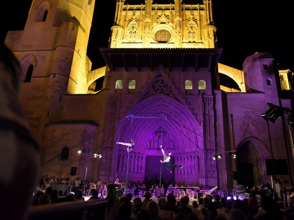 Circo, danza, acrobacias y música con la Catedral como telón de fondo
