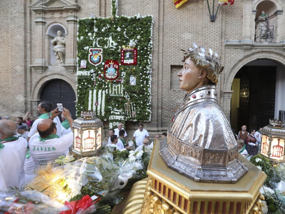 Los oscenses muestra su devoción a San Lorenzo en la ofrenda de flores y frutos