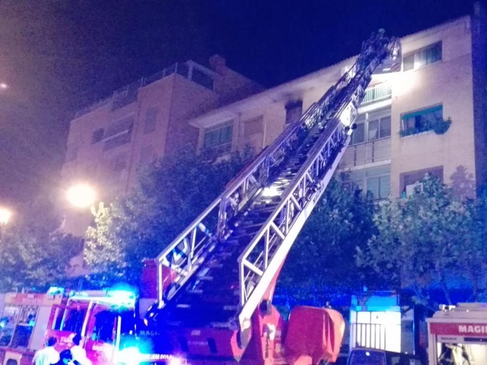 Un herido grave en el incendio de su habitación en la calle León Abadías