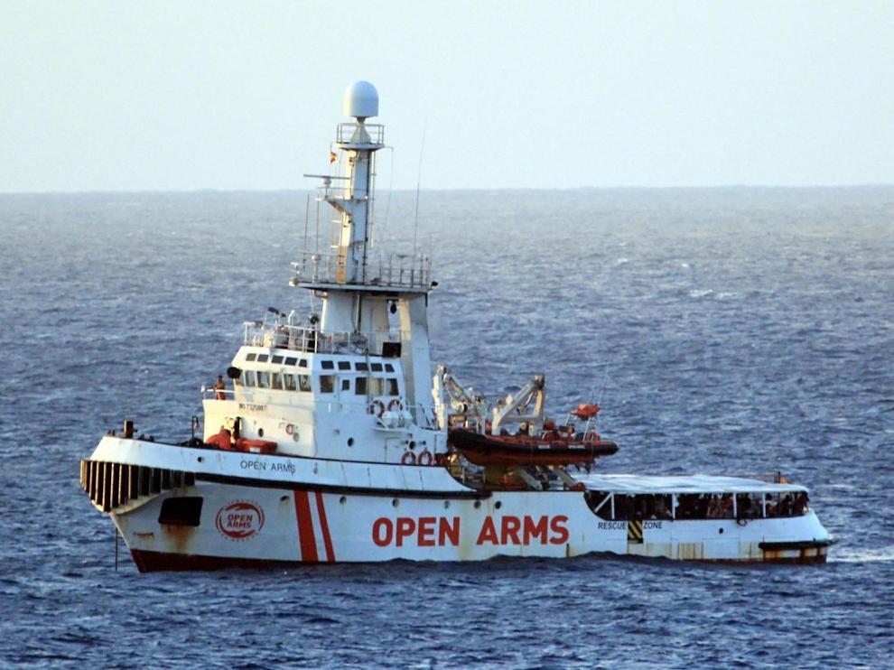 El Open Arms logra evacuar a Italia a nueve inmigrantes