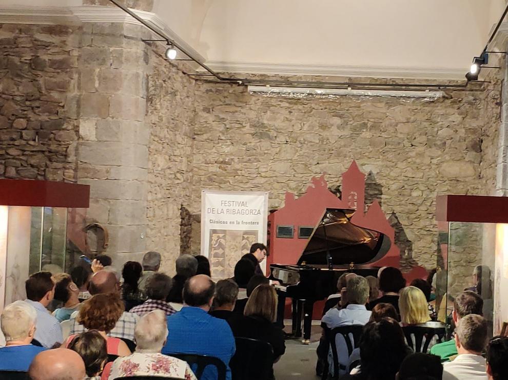 El pianista Manuel Tévar actuó en solitario en la iglesia de Castanesa