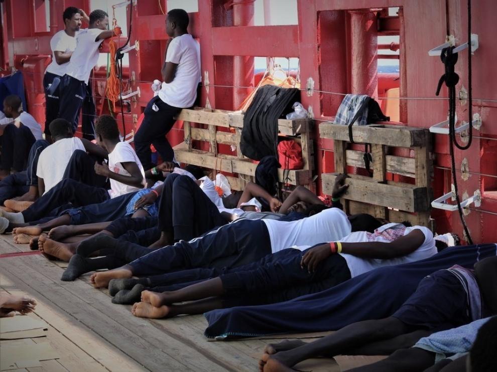 Los 365 migrantes a bordo del 'Ocean Viking' esperan traumatizados un puerto para desembarcar