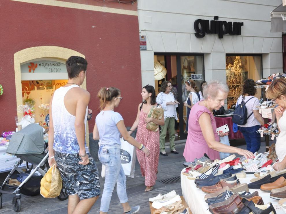 El comercio de Jaca abre su fiesta anual con un gran ambiente en la calle
