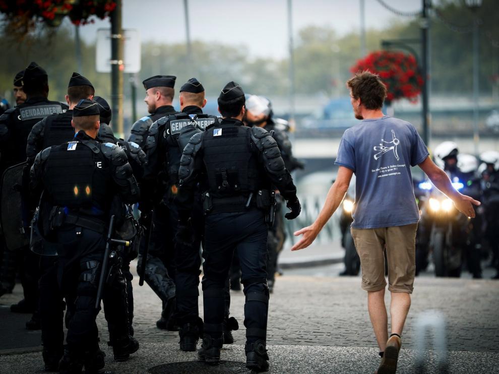 Manifestantes se enfrentan a la policía en Bayona
