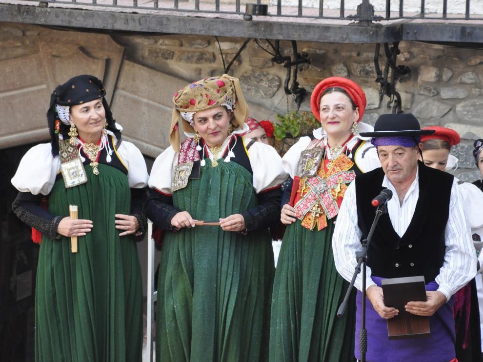Los ansotanos muestran con orgullo su traje típico ante cientos de visitantes