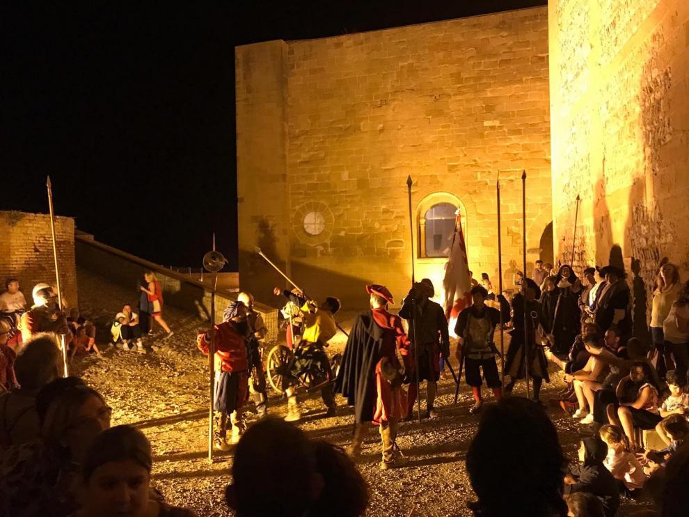 Más de 300 personas disfrutan de una vistosa recreación histórica nocturna en el Castillo de Monzón