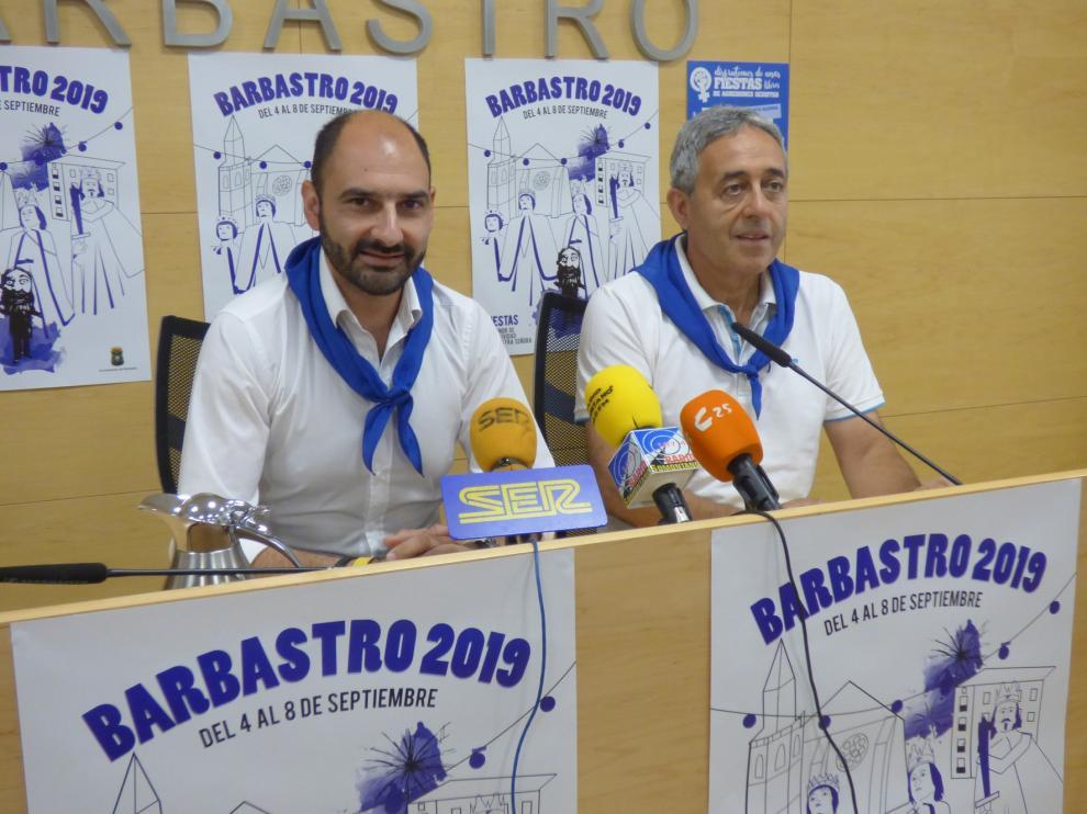 Barbastro reivindica la vestimenta en blanco y azul en unas fiestas que incorporan nuevos actos