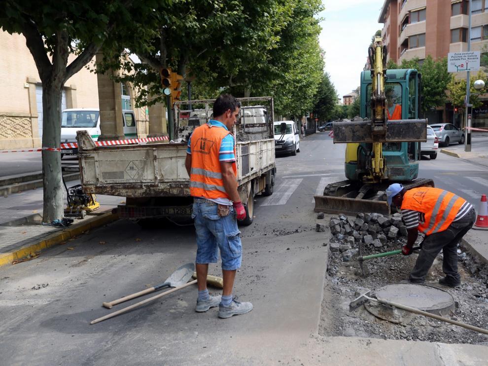 El Ayuntamiento de Huesca invierte cerca de 15.000 euros en la reparación de varios socavones