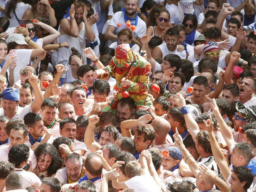 Miles de personas reciben a tomatazos al Cipotegato en Tarazona
