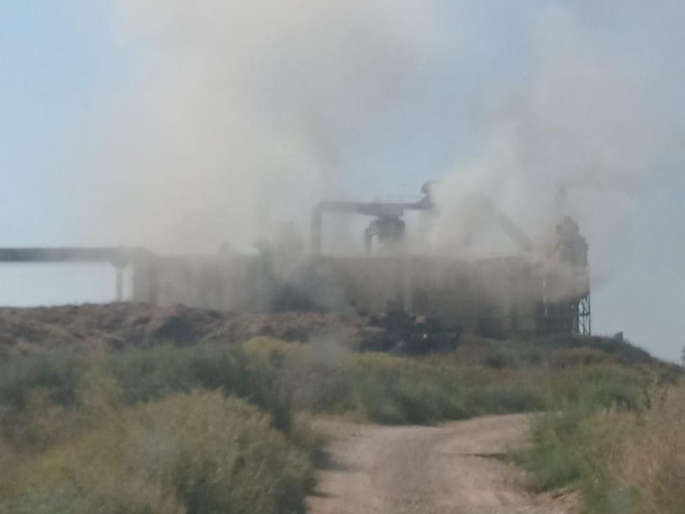 El incendio en la deshidratadora de Grañén arrasa 2 millones de kilos de alfalfa