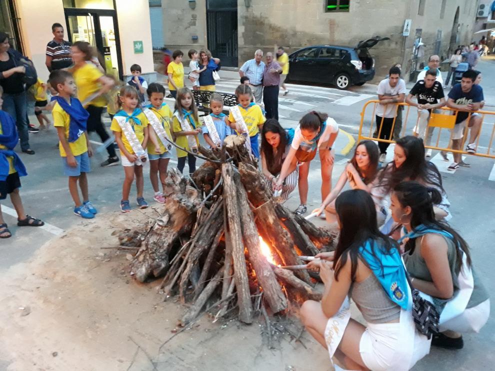 """Los toros de fuego y los """"tardeos"""" comparten en Ayerbe el protagonismo festivo"""