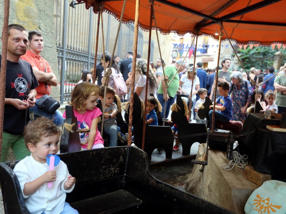 El Mercado Medieval Asapme Huesca supera su pulso a la lluvia con nota