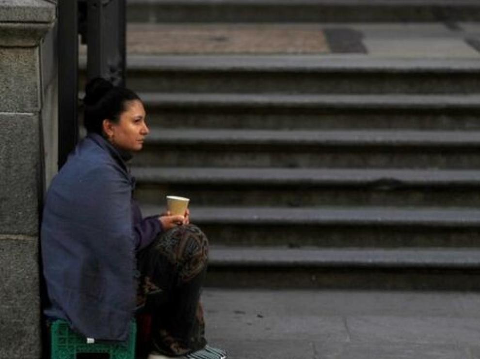 Española joven con hijos, nivel educativo medio o alto y trabajo, el perfil de la pobreza severa en España