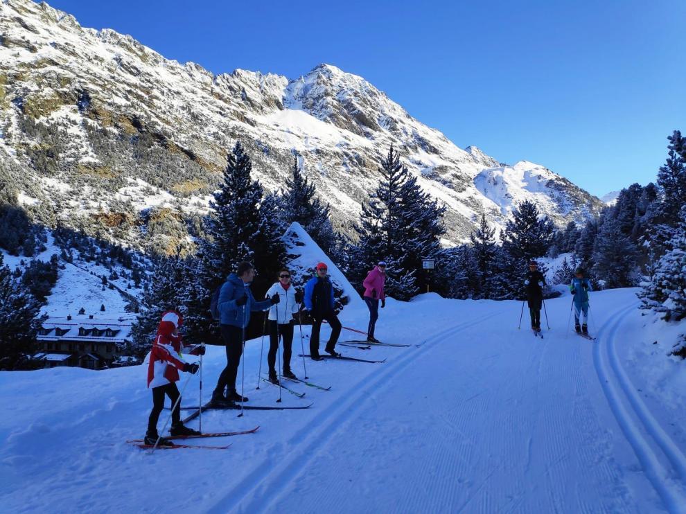 Los esquiadores disfrutan de un domingo soleado en el Pirineo de Huesca