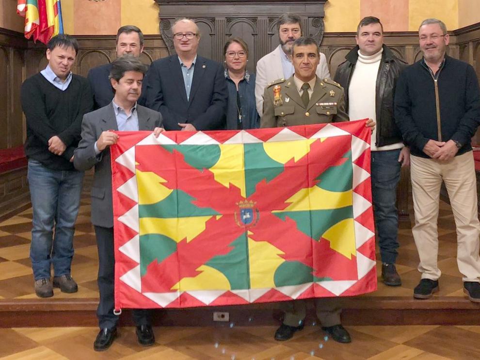 El Ayuntamiento entrega la bandera de Huesca a la XXXIII Expedición Científica a la Antártida