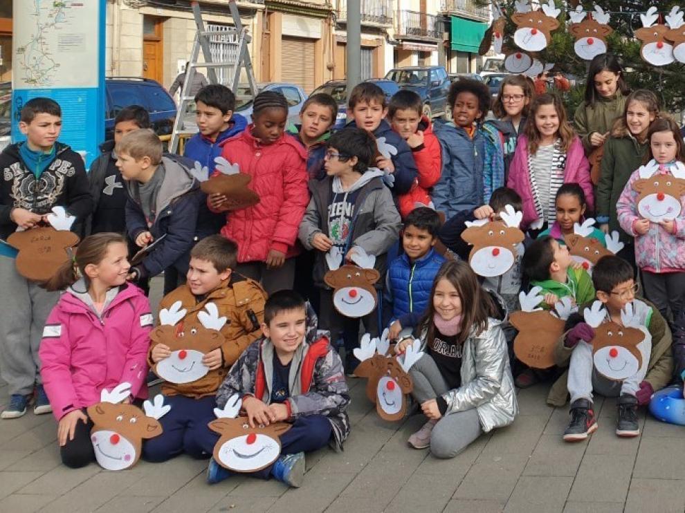 Escolares de Graus decoran el árbol de Navidad