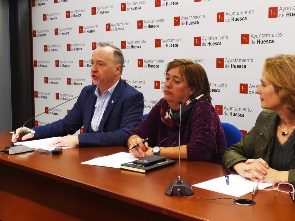 El encendido de los adornos da el pistolezado de salida a la Navidad en Huesca