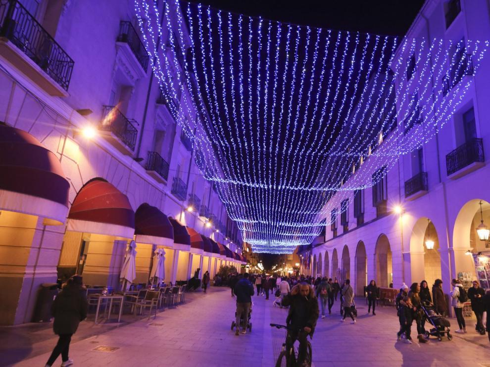 Miles de bombillas led iluminan el inicio de las fiestas navideñas en Huesca