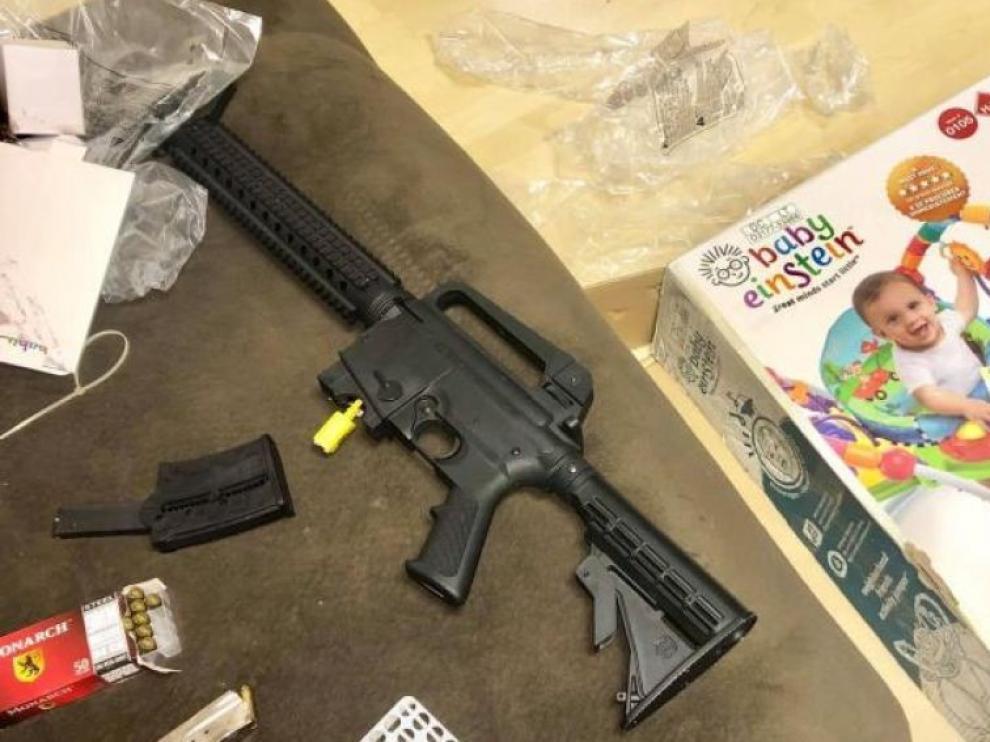 Regala un balancín a unos futuros padres y en la caja había un rifle calibre 22