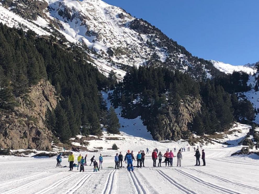 Buen ambiente en pistas las pistas de esquí en el  el arranque del puente festivo