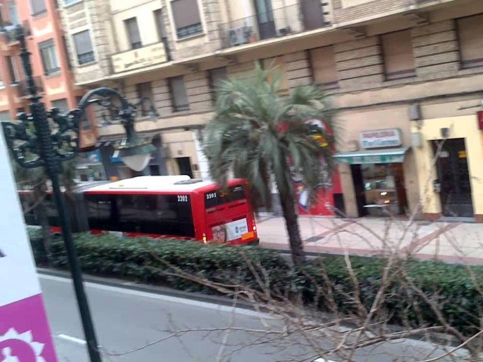 Herido grave un conductor tras chocar, bebido y drogado, contra un autobús
