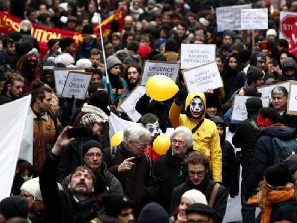 Macron sigue con su reforma de pensiones pese a la presión