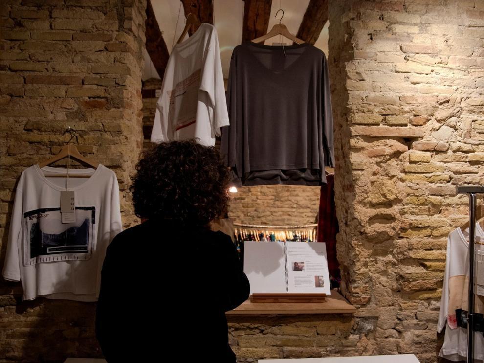 La artista Ana Escar Puisac presenta la marca de ropa Veleta