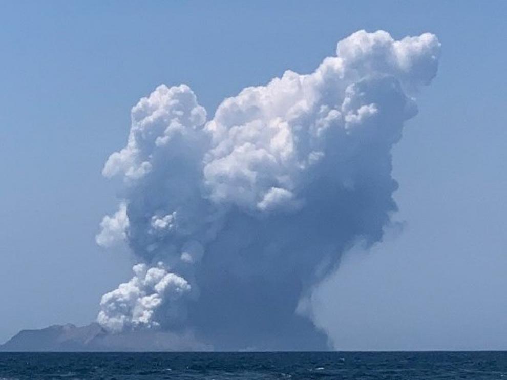 Al menos 5 muertos y decena de atrapados en la erupción del volcán Whakaari en Nueva Zelanda
