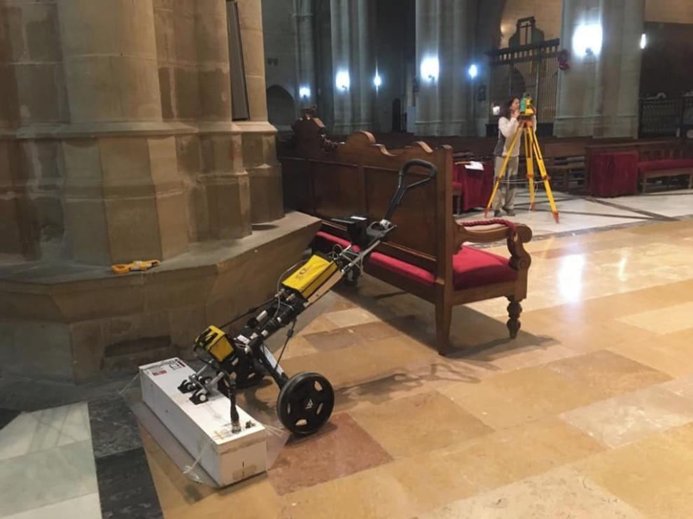 En busca de criptas bajo el suelo de la catedral de Huesca