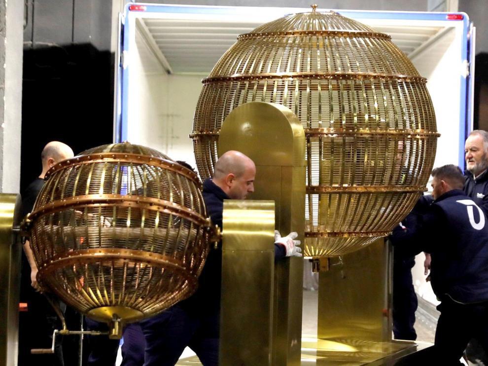 Los bombos del sorteo extraordinario de la Lotería de Navidad ya están en el Teatro Real de Madrid