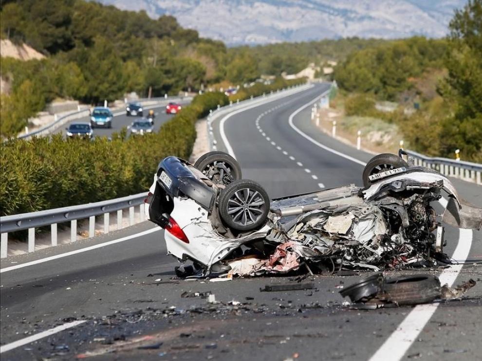 Un coche en sentido contrario causa una colisión con dos muertos en Alicante