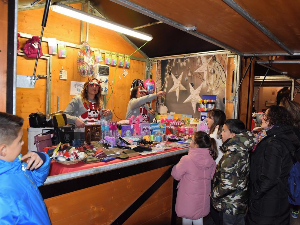 El Mercado Navideño de los comerciantes anima la plaza López Allué